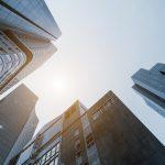 Onderaanzicht wolkenkrabbers bedrijfspanden