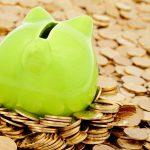 Groen spaarvarkentje in geld
